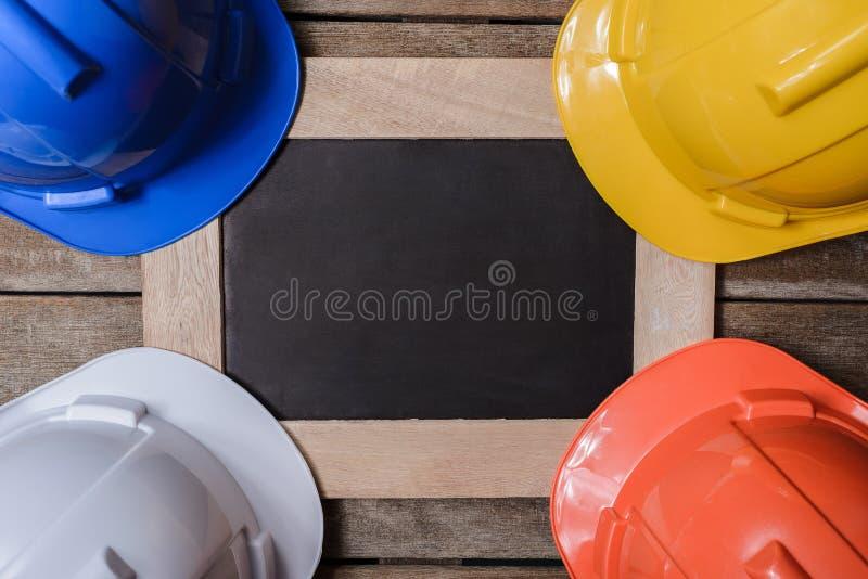 Шлем желтого цвета, апельсина, белых и голубых защитный безопасности с cha стоковая фотография rf
