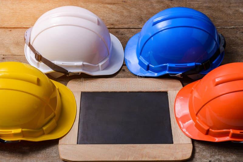 Шлем желтого цвета, апельсина, белых и голубых защитный безопасности с cha стоковая фотография