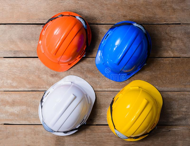 Шлем желтого цвета, апельсина, белых и голубых защитный безопасности стоковое изображение