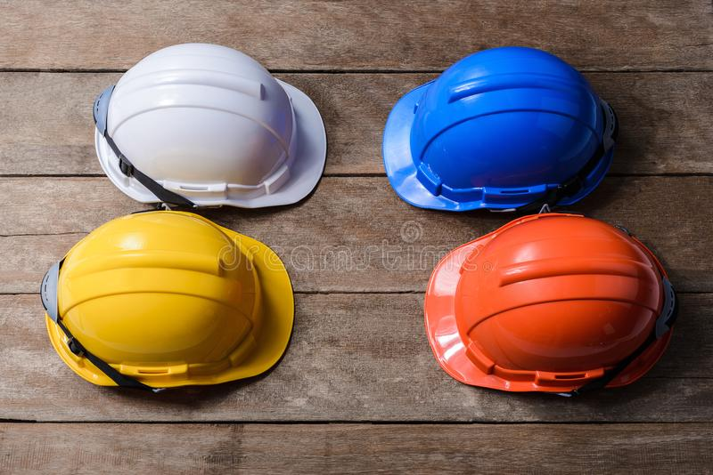 Шлем желтого цвета, апельсина, белых и голубых защитных изумлённых взглядов безопасности стоковые изображения rf