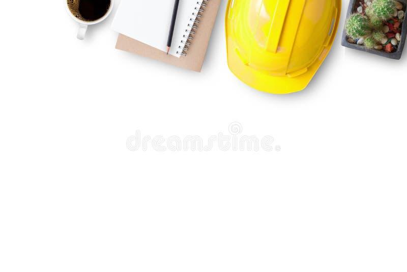 Шлем и тетради безопасности на белой предпосылке стоковые фото