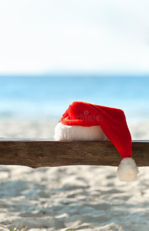 шлем красный s santa стенда пляжа деревянный стоковая фотография rf