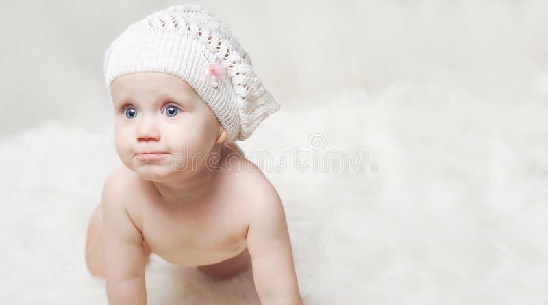 шлем младенца меньший портрет стоковые фотографии rf