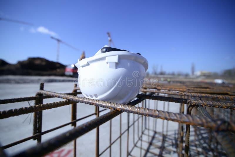 Шлем рабочий-строителя поверх усиливая утюга стоковая фотография