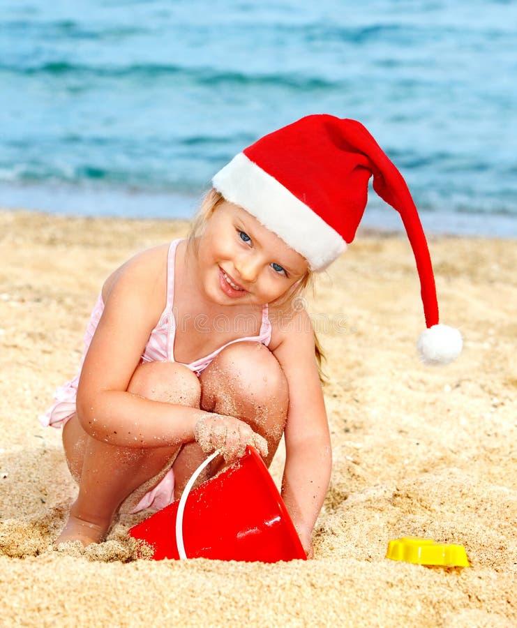 шлем ребенка пляжа играя santa стоковое изображение rf