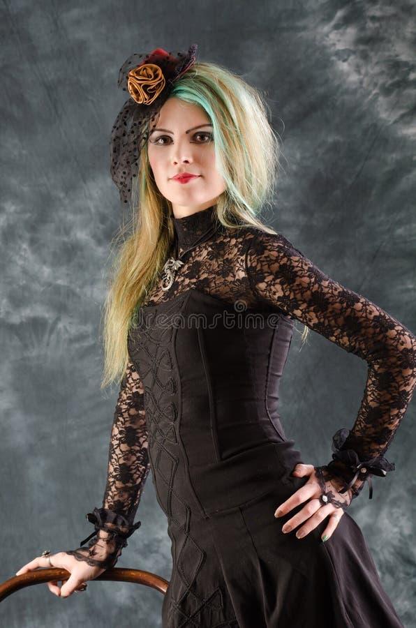 шлем goth девушки представляет ретро студию стоковая фотография rf
