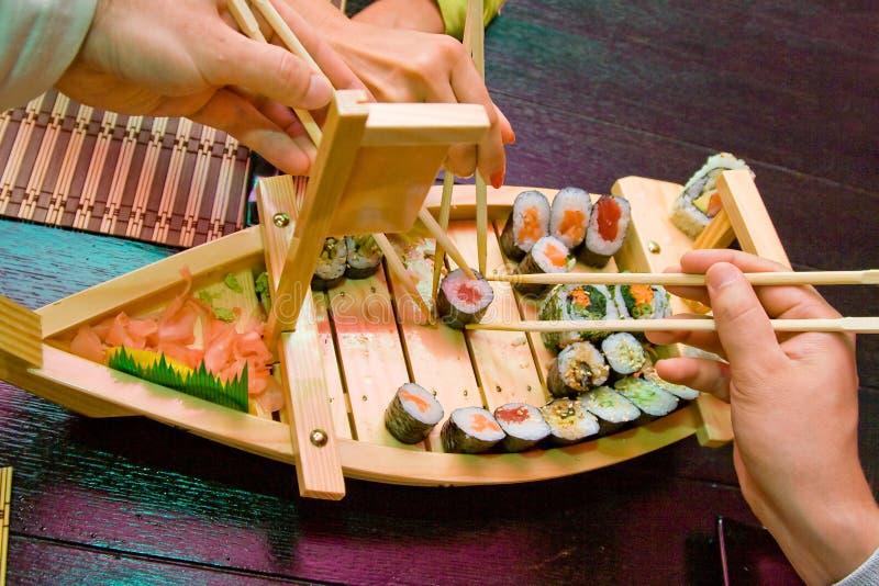 шлюпка вручает суши стоковое фото