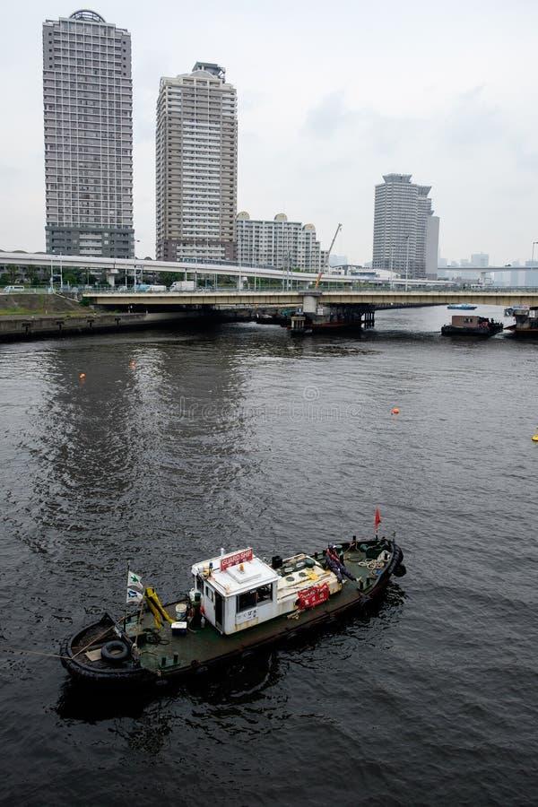 Шлюпка в заливе токио, Японии стоковая фотография