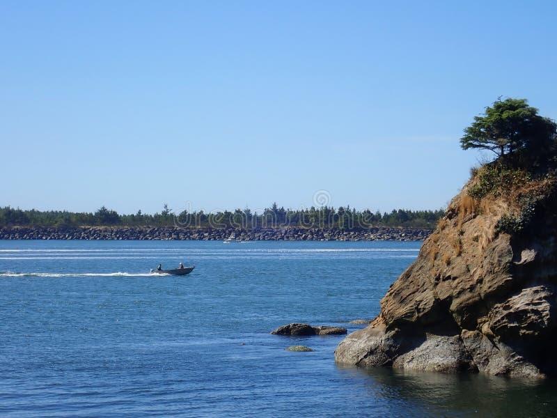 Шлюпка в заливе стоковое изображение rf