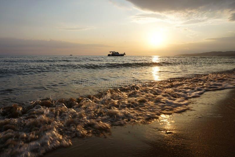 Шлюпка в море на заходе солнца Чёрное море, Краснодар Krai, Россия стоковые изображения rf