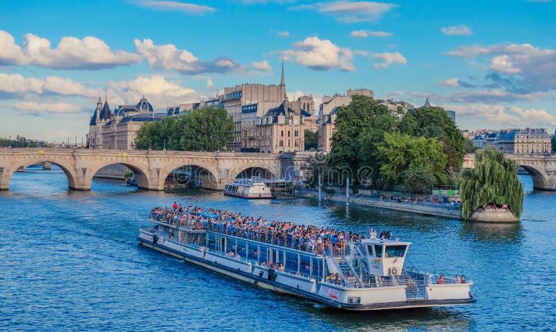 Шлюпка в реке Sena Парижа стоковые фотографии rf