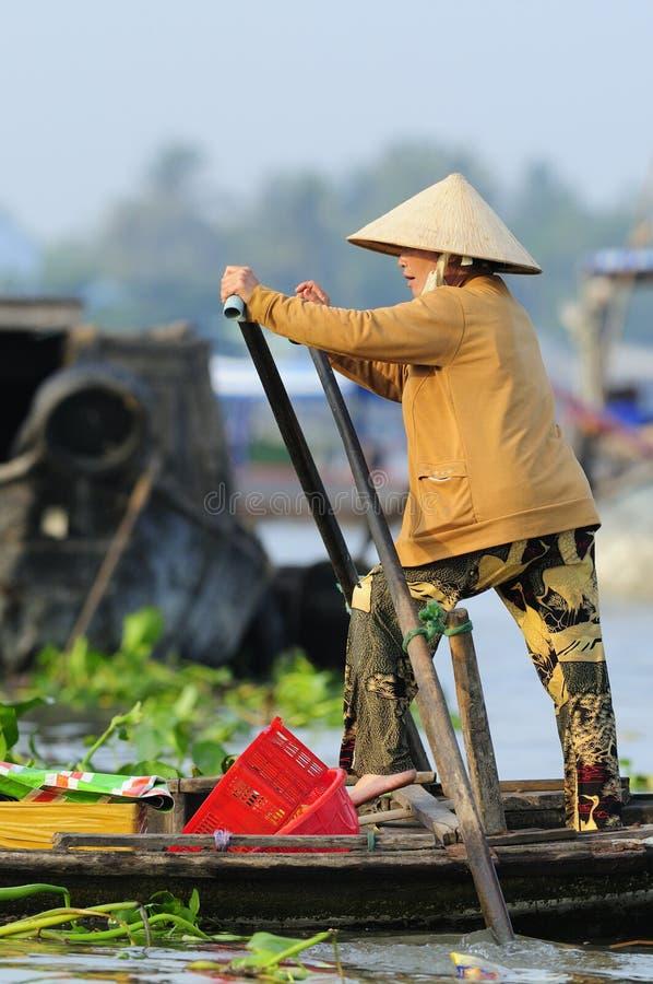 шлюпка гребя въетнамскую женщину стоковое фото rf