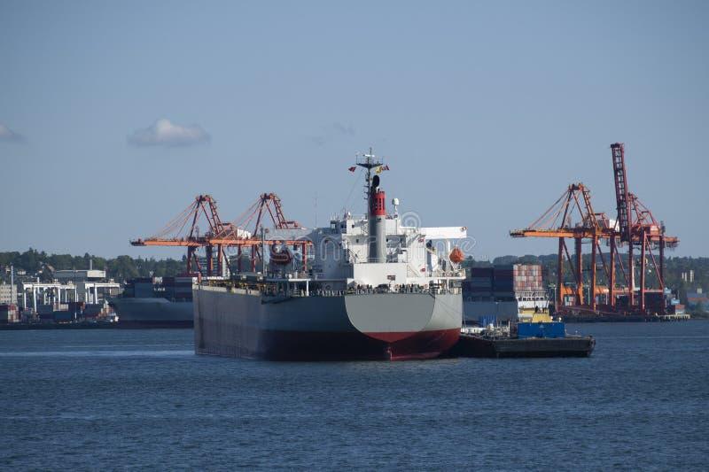 Шлюпка гужа направляет корабль в порт Британской Колумбии Ванкувера стоковые изображения rf