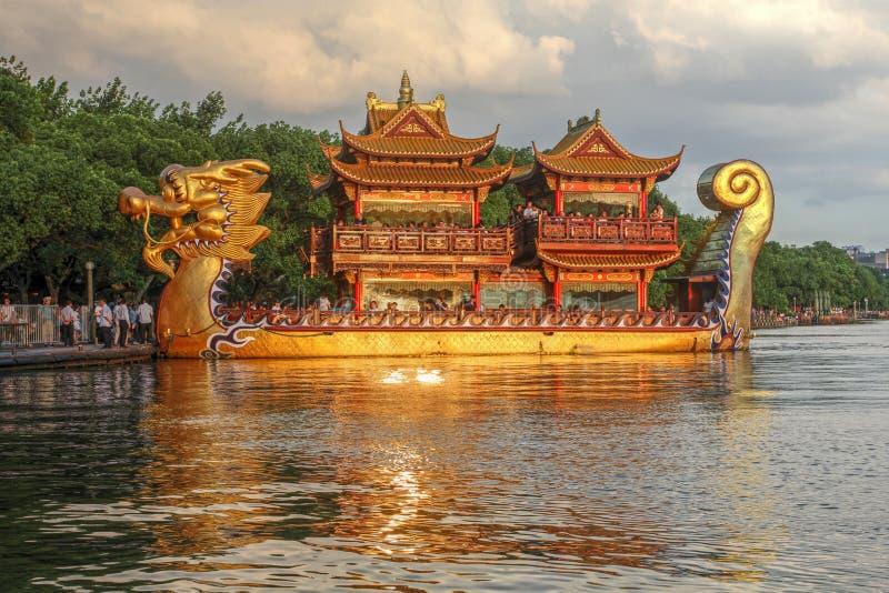 Шлюпка дракона на западном озере, Ханчжоу, Китае стоковое изображение rf