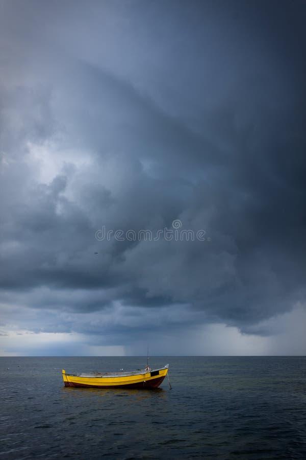 шлюпка драматическая над небом моря стоковое изображение