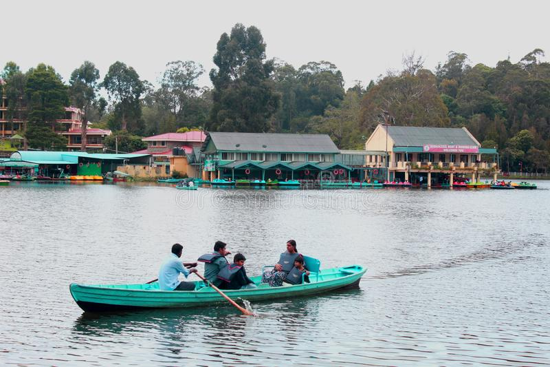 Шлюпка ехать семья на озере kodaikanal около дома шлюпки стоковые изображения rf