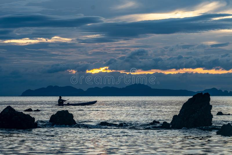 Шлюпка захода солнца Таиланда в расстоянии стоковые фото