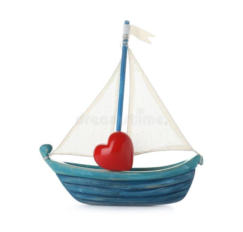Шлюпка игрушки с красным сердцем стоковые фотографии rf