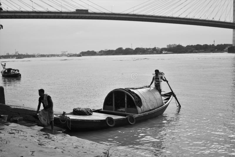 Шлюпка и мост стоковое фото rf