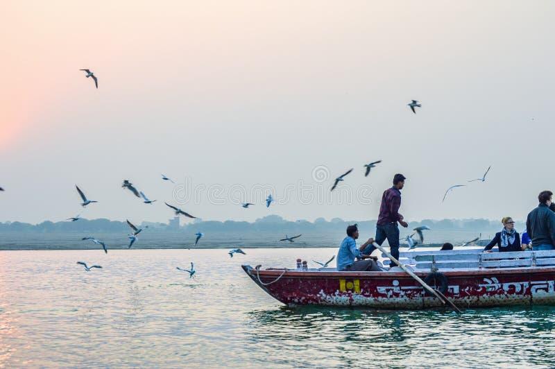 Шлюпка и птицы в раннем утре на Ганге стоковое фото