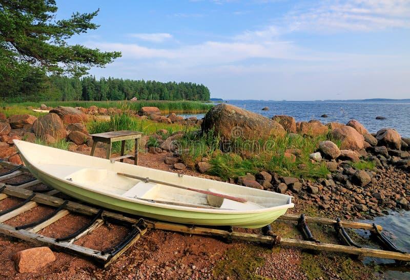 Шлюпка на береге в Финляндии стоковые фото