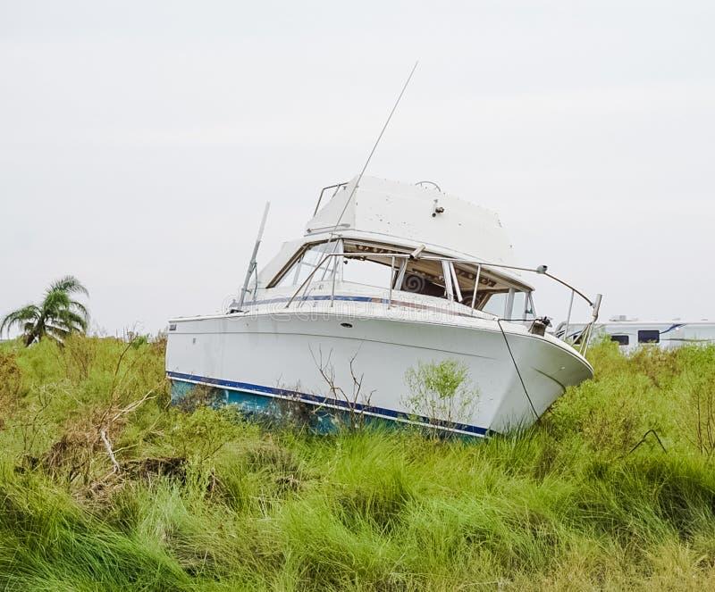 Шлюпка на береге причиненном мощным разрушением ` s Харви урагана на побережье Техаса стоковые фотографии rf