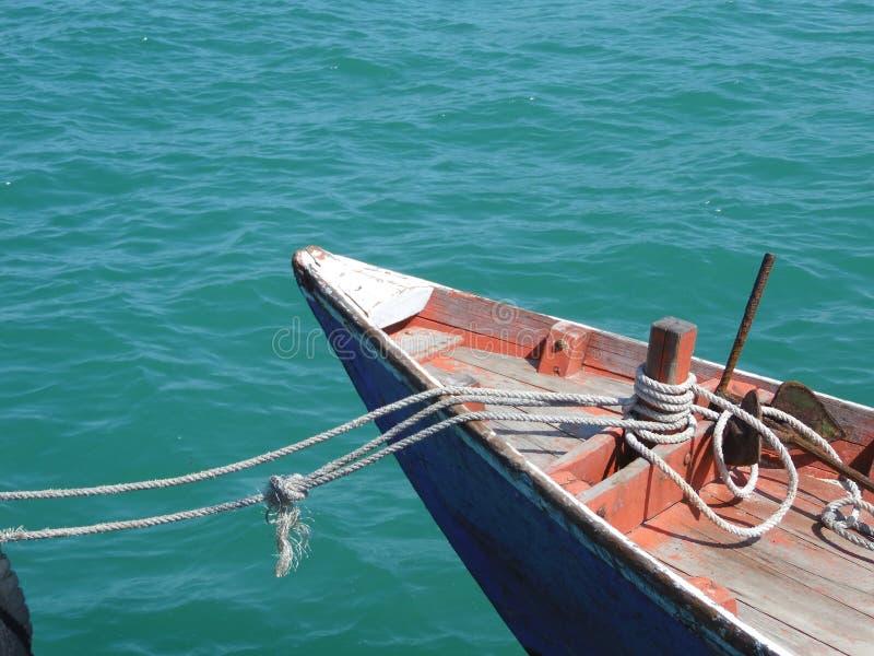 Шлюпка на голубой морской воде Ландшафт тиши взгляда сини океана, затишье Красивейшая предпосылка стоковая фотография