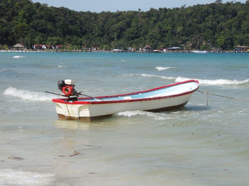 Шлюпка на голубой морской воде Экзотический остров с зелеными ладонями, деревьями, пляжем laguna Тихий ландшафт, затишье Красивей стоковые фото
