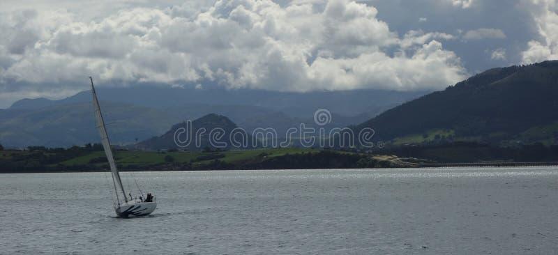Шлюпка на заливе Сантандера стоковое фото rf