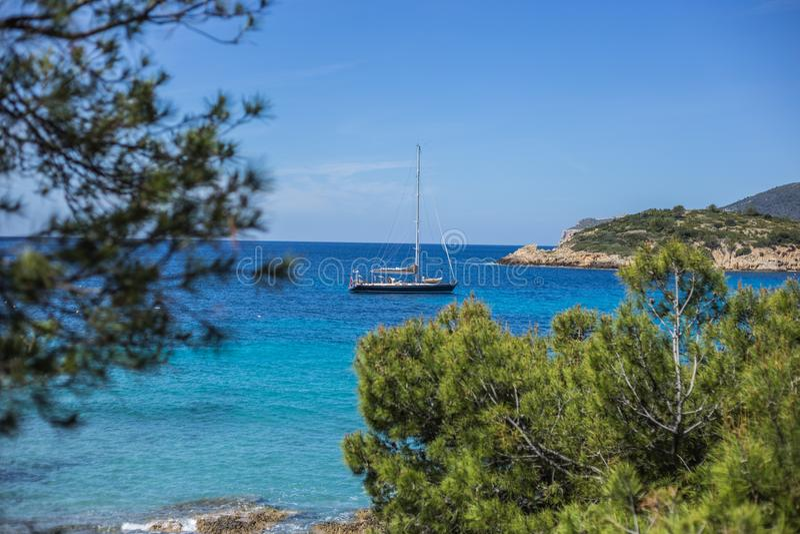 Шлюпка на заливе Sant Ellm стоковая фотография rf