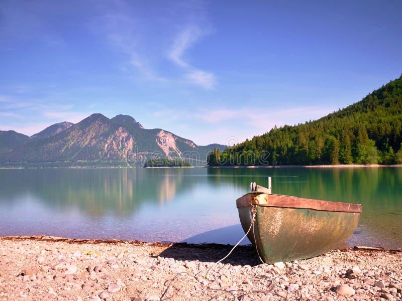 Шлюпка на каменистом береге озера Walchensee горы стоковая фотография rf