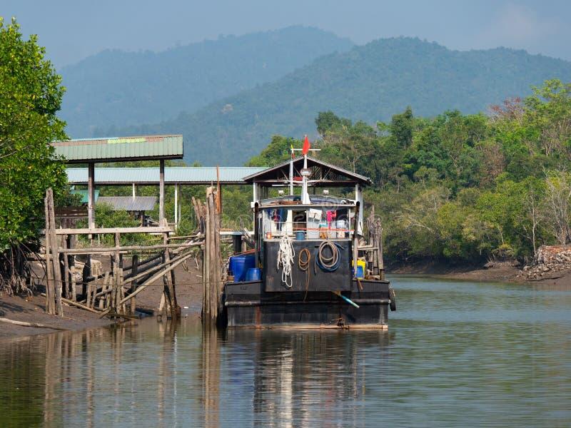Шлюпка на канале на Kadan Kyun, Мьянме стоковое изображение rf