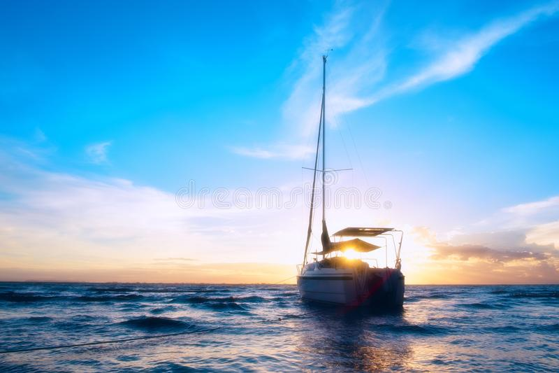 Шлюпка на море стоковое фото rf