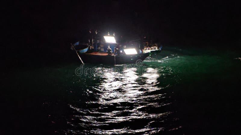 Шлюпка на ноче, Da Nang кальмара, Вьетнам стоковая фотография