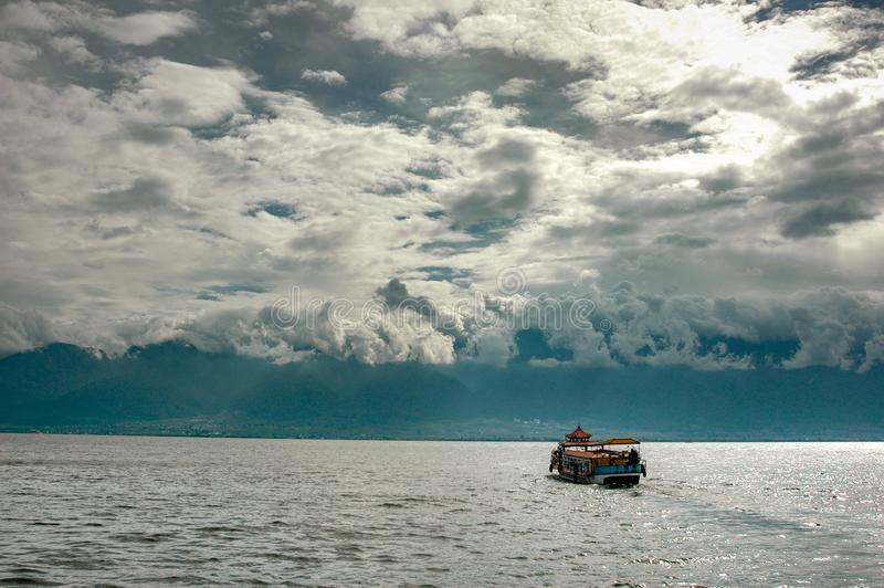 Шлюпка на озере Erhai стоковое фото