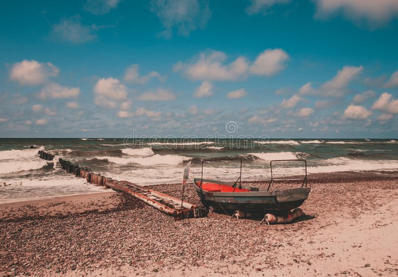 Шлюпка на пляже, вертел старого ржавого рыболова Curonian стоковое фото rf