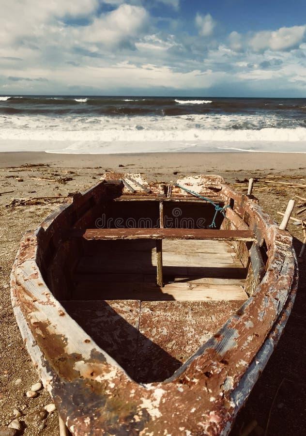 Шлюпка на пляже стоковая фотография rf