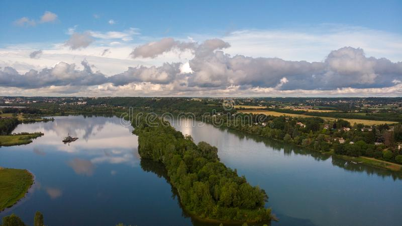 Шлюпка на реке стоковые изображения rf