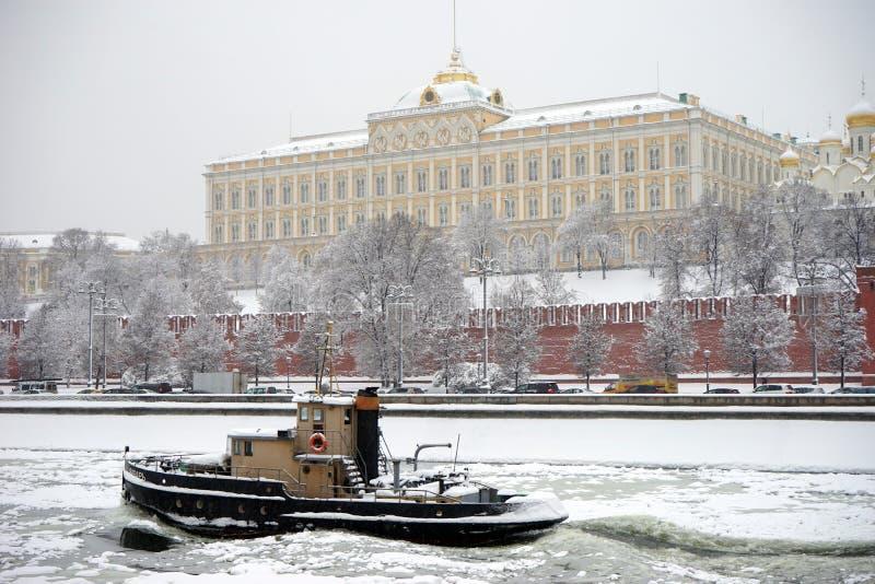 Шлюпка около Кремля стоковое фото rf