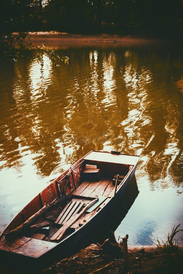 Шлюпка около реки стоковые фото