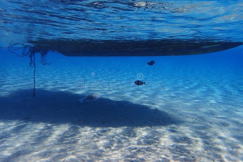 шлюпка от взгляда пикирования акваланга стоковые изображения