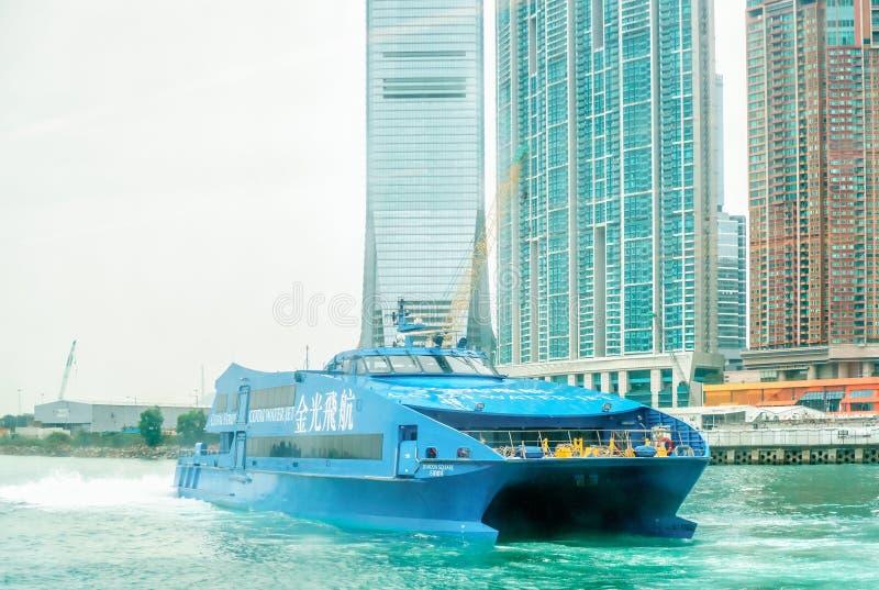 Шлюпка пассажира - струя воды Cotai - приезжает к паромному терминалу Гонконга - Макао в гавани Виктории стоковое изображение rf