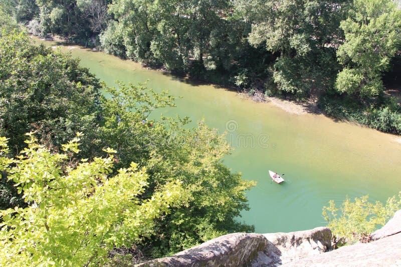 Шлюпка плавает на реку горы взгляд сверху от горы стоковые изображения rf