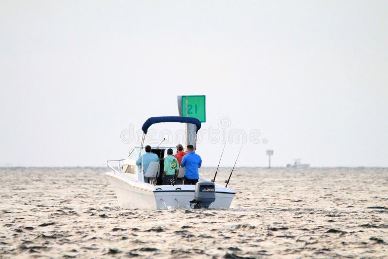 Шлюпка плавая прочь к морю в южной Флориде стоковые изображения