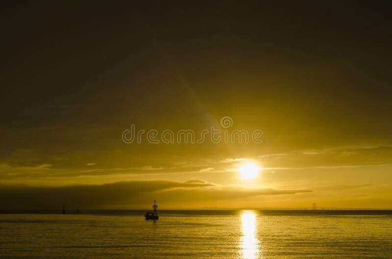 Шлюпка под заходящим солнцем стоковые изображения rf