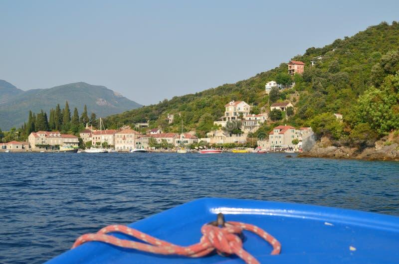 Шлюпка причаливая к порту деревни стоковая фотография rf