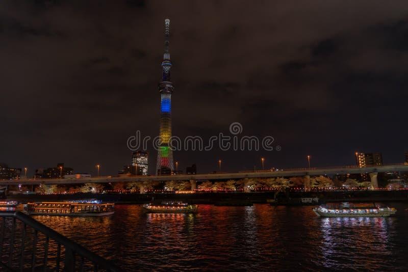 Шлюпка путешествует в реке Sumida с Токио Skytree на заднем плане стоковое фото rf