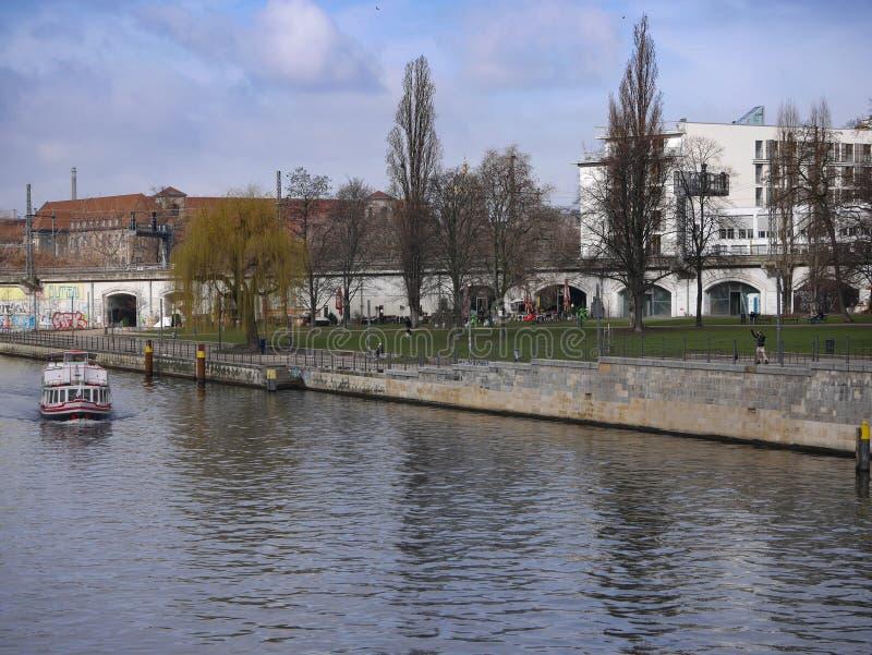 Шлюпка путешествуя вдоль оживления реки в центральном Берлине, Германии стоковые фото