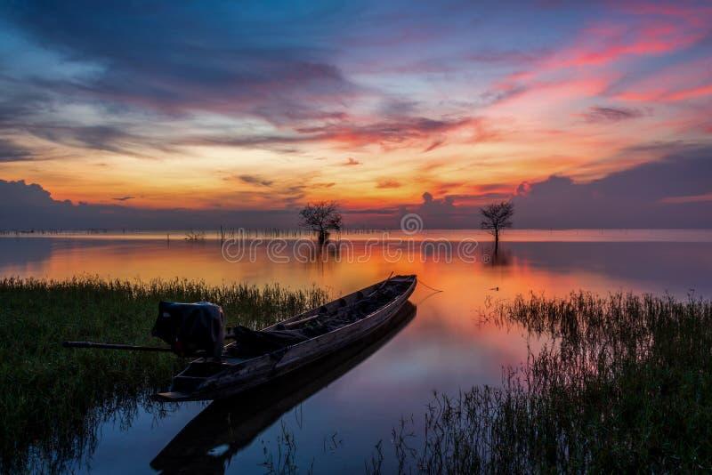 Шлюпка рыболова и красивые сумерки утра стоковые фотографии rf