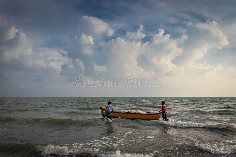Шлюпка рыболовов в море стоковая фотография rf